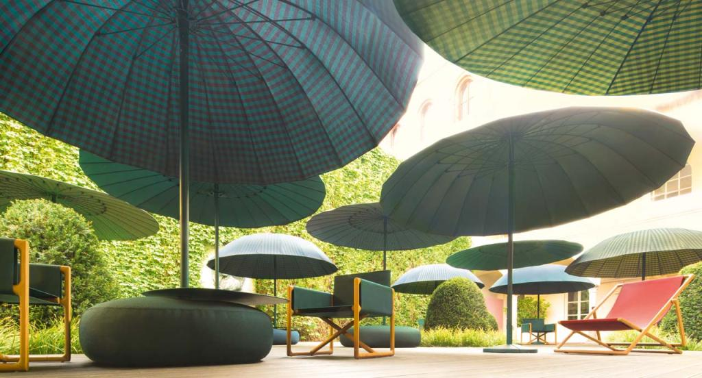 BISTRO sunshade designed by  CRS Paola Lenti and Clique series designed by F. Rota for Paola Lenti